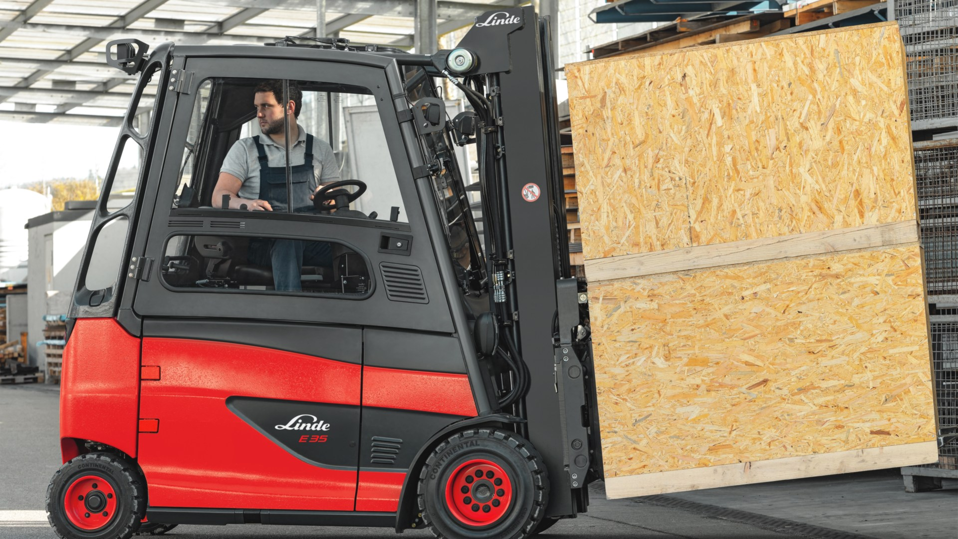 Rotating driver's work station from Linde