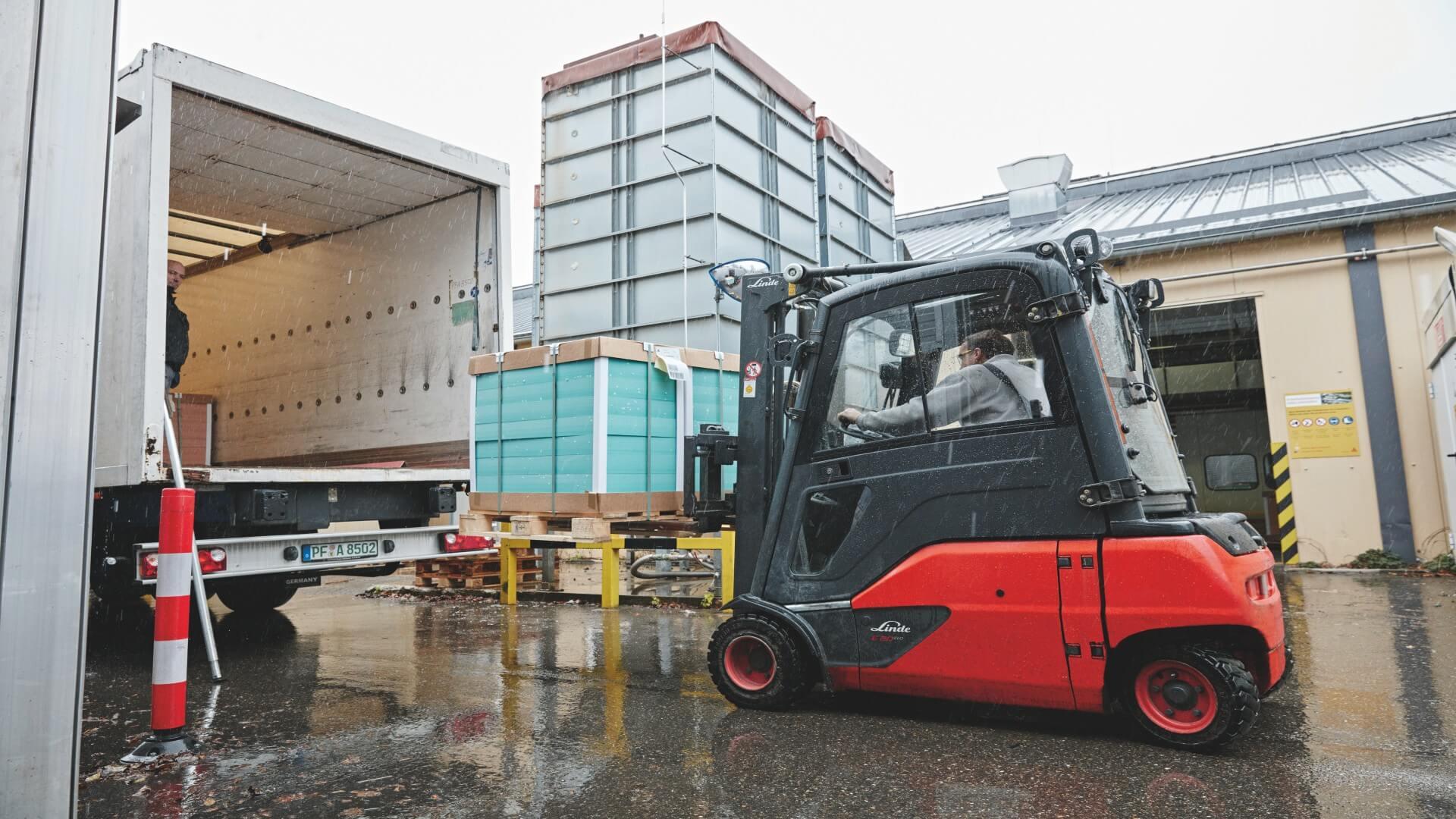 Linde electric forklift truck loading at Sika