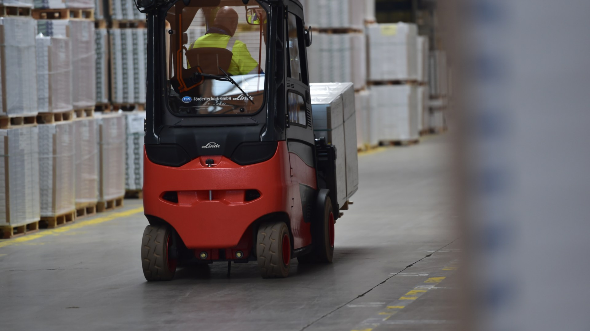 Linde electric forklift truck in the Egger warehouse