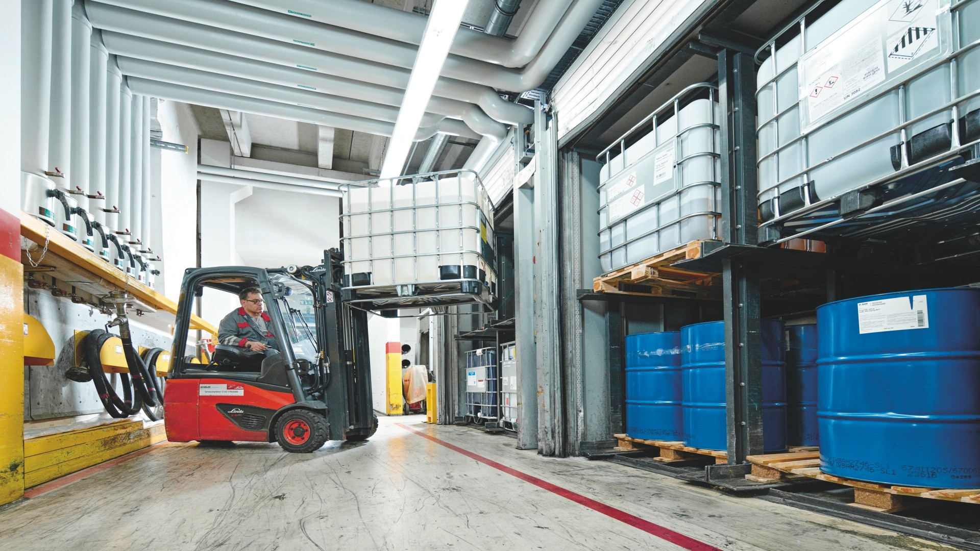 Linde electric forklift truck in use at Sika Deutschland GmbH