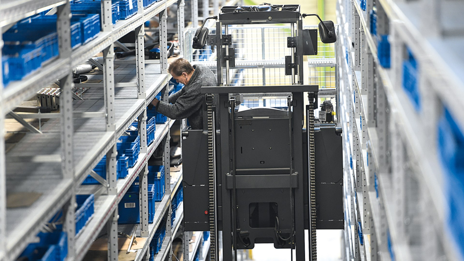 Linde order picker between high racks